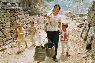 ...丘沟,母亲带着孩子上地去.-在线影展 在那遥远的小山村