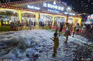 2018年7月22日,青岛,小朋友在青岛啤酒节上玩泡泡浴.-青岛啤酒节...