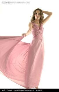 裙子低下光溜溜图-舞动裙摆的粉色晚礼服模特图片