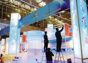 天津中晟博远最新消点点点-11月24日,工人们在新疆国际会展中心布展.