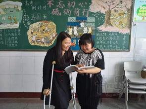...师拄双拐上课 只为高考前和学生在一起