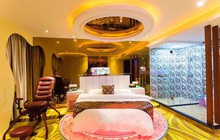 ...欧式奢华精美的酒店客房设计,让整个空间看起来高档时尚温馨,这...