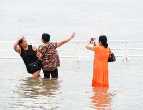 【水中广场舞】7月5日,武汉黄花矶码头,两位大妈站在江水中跳起...