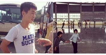 左图中的朝鲜年轻人穿着时髦的T恤,右侧是平然健康中心溜冰场上的...