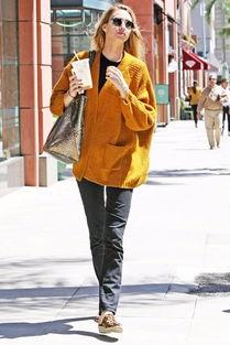 吉吉成人色情网-... Port)着黄色毛衣外套外出,看起来很Happy.-欧美明星街拍秀恩爱 ...