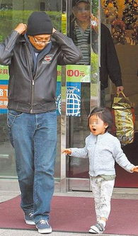 12月8日 据台湾媒体报道,阿雅一家三口首度曝光,台湾媒体7日中午...