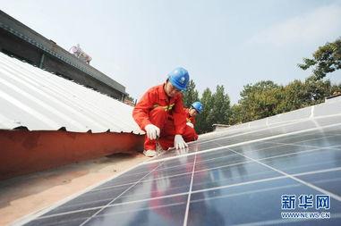 ...网山东青州供电公司工作人员在查看屋顶光伏装置的运行情况.当...