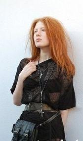 点睛:黑色透视短裙搭黑色皮带和小包,朋克式性感-欧美街拍巧穿黑...