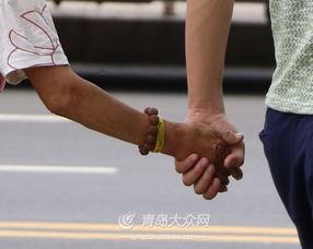 老头牵老太太-潘先生牵着奶奶的手回家,老人手腕上佩戴着写有号码的黄手环.-青...