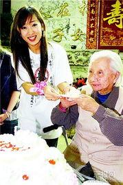 韩国歌手母亲节探望百岁老人