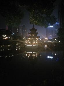 从贵阳火车站附近搭乘62路去甲秀楼.作为贵阳的地标建筑之一,夜景...