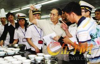 特别行动组的市民在酒楼厨房里检查得非常仔细.     /摄 -检查酒楼厨房...