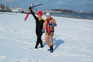 正月初五,天空飘着大雪,冬泳爱好者们,还是坚持冬泳锻炼