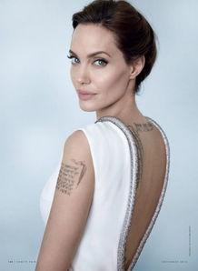 背部也有纹身,线条流线,不胖也不瘦的身线,赋予了朱莉完美的背部...