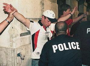 英国乱乱片-英格兰足球流氓黑历史 1998年,他们在马赛制造骚乱