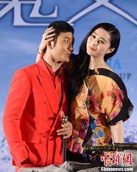 ...发魔女传之明月天国》关机发布会在北京举行.脚伤未愈的黄晓明在...