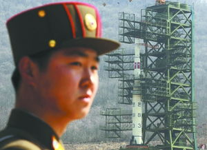 一名朝鲜军人在火箭发射塔附近警戒-高纬度不利于