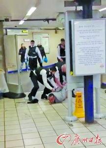监控视频拍下行凶男子与安保人员对峙到被制服的过程.-伦敦地铁 恐...