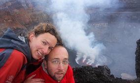 男子在11000英尺高活火山上向女友求婚