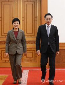 资料图片:左为韩国候任总统朴槿惠,右为韩国现任总统李明博.图片...