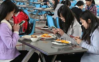 """安庆师范学院食堂里,几个学生在吃""""神菜""""之前拍照纪念.-各色神..."""