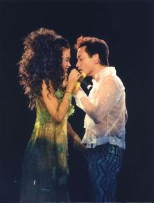 回顾1997年张国荣跨越97演唱会造型