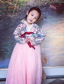 近日,李小璐曝光女儿小甜馨穿着韩服的照片,甜馨娇俏地看着镜头,...