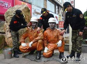 娄底市厚天消防义工团志愿者正在为雕塑