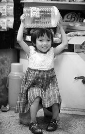 【14p】美国拾次撸-小鑫鑫只有4岁.这个本该躺在妈妈怀抱里撒娇的小女孩,拖着比她身...
