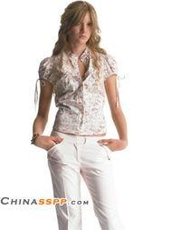 ...新淡雅,与白色裤装搭配如邻家女孩般亲切可人-性感甜蜜Pringle夏装...