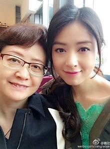 姐也色18pwwwdizhi99com-近日,蒋欣微博晒出与妈妈的合照,留言称: