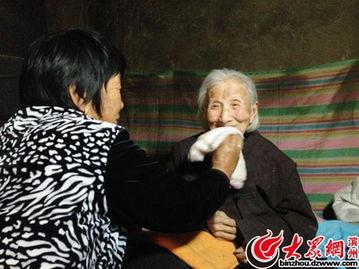 ...女李同玉(左)帮小姨洗脸-66岁李同玉照顾患病小姨十余年 外甥女...
