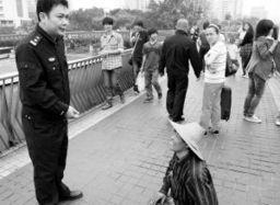 民警向天桥上乞讨的老人了解乞讨儿童的情况 本版图片均由本报记者   ...