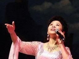 的第一位声乐老师路梦兰,退休前是沈阳军区前进歌舞团的演员和老师...
