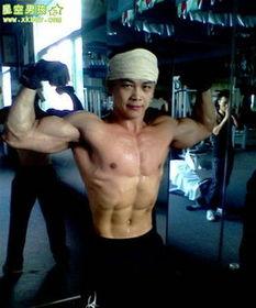 体院肌肉男生的性感身材照 9