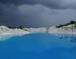 【冰山泥-高岭土中含有很多矿物质,这些物质   溶于水后会带上很多阴阳离子,...