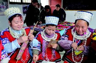 ...香村村支部组织留守妇女利用她们精湛的民族刺绣作品,在家门口创...