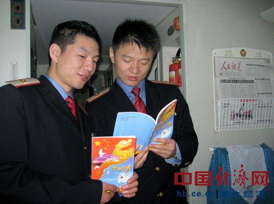 图为:襄阳客运段十堰至北京西K279/280次列车上,团员青年们正在...