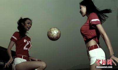 ...月14日,一群美女球迷在长沙拍摄写真,叫板前阵与国足下战书的长...