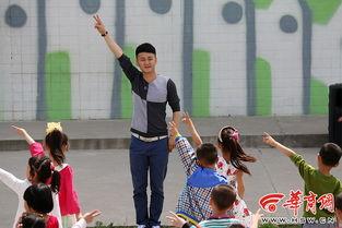 每一个跳操的动作,杨柳都做的很用心,很标准,而孩子们跟他一起...