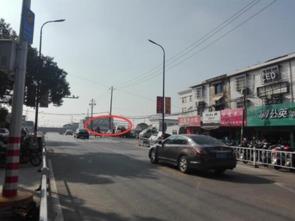为什么汶川老城封了-经过老城区的车辆去盛莫路下穿通道只用到了一侧的道路,红圈中为被...