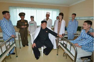 ...门为朝鲜人民军军人建设的综合性医疗基地.金正恩走入病房,看望...