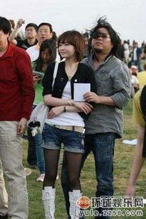 69年生,而其老婆徐珊珊则是1988年生,19岁就当上了母亲.   徐姗姗...