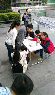 ...前来火车站购票人群的围观.-大学生深圳火车站无偿帮农民工网上抢...