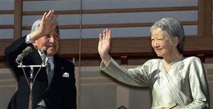 ...本天皇皇后向前来朝贺的国民挥手致意.-日本国民逾万人齐聚皇宫朝...