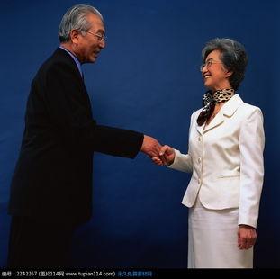 握手的老太太和老头