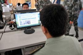 ...营网吧内,一名军人正在浏览新华网军事频道.新华军事记者  摄-二...