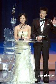 ...权相佑盛装出席颁奖典礼晚会并担任电影金像奖「亚洲电影大奖」颁...