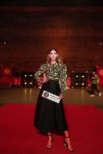 ...节目主持人 Cindy Bishop 身着NAERSILING2019春夏纽约时装周秀款...