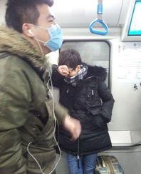 海清挤地铁遭偷拍 戴黑框眼镜穿着似路人甲